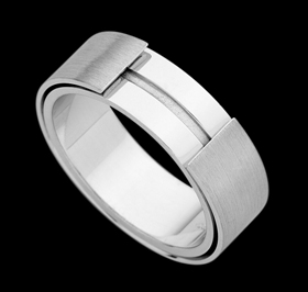 c682 - 18ct white gold gents petterened ring